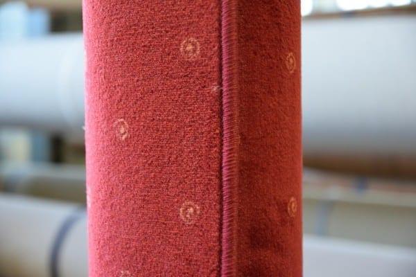 Roter Velours-Teppich 2,35m x 2,5m gekettelt